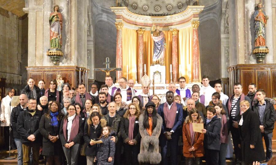 Les catéchumènes et leurs accompagnateurs autour de Mgr Legrez, lors de l'appel décisif