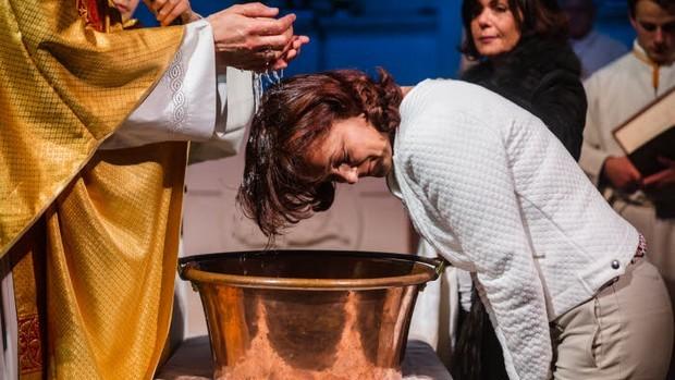 26 mars 2016 : Baptême d'adulte lors de la Vigile pascale, en l'église Saint Nicolas à Maisons-Laffitte (78), France.March 26, 2016: Mass of the Easter vigil in the church Saint Nicolas, Maisons-Laffite, France.