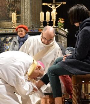 Mgr Legrez, lors du lavement des pieds en la cathédrale Sainte-Cécile