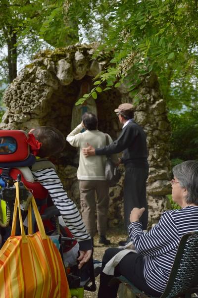 """Passage à la """"Grotte de Lourdes"""" pour remercier Marie et lui confier la journée"""