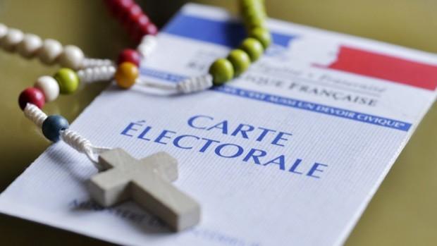 27 janvier 2017 : Illustration, carte d'électeur et chapelet. France.