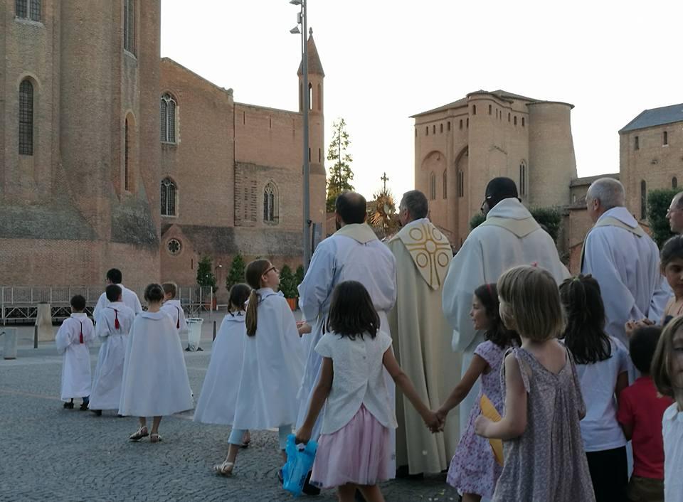 Procession de Saint-Salvy à la cathédrale lors de la Fête du Saint-Sacrement