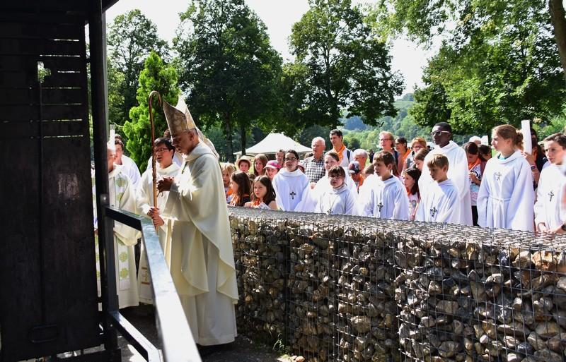 Accompagné d'une délégation de chaque groupe, Mgr Legrez dépose le cierge du diocèse, portant les intentions de tous les habitants du Tarn.