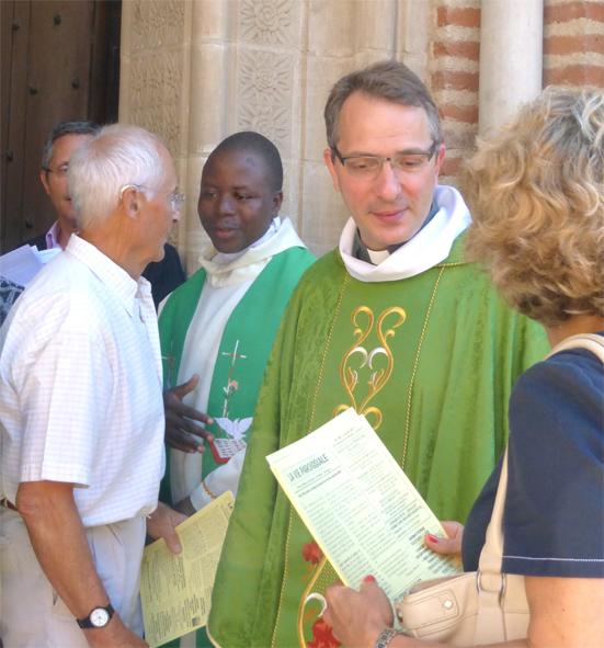 Au sortir d'une messe à Notre-Dame du Bourg, le P. Edouard et le curé