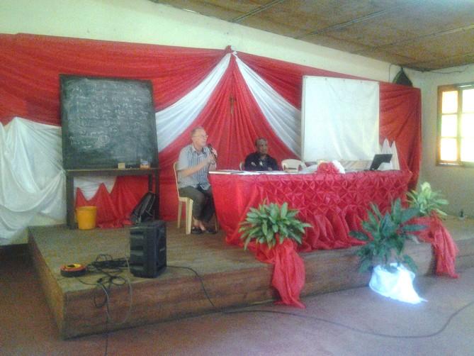 MU Mada nouv juillet-sept 2017 - Mgr Zygmunt formateur à coté de Mgr Désiré