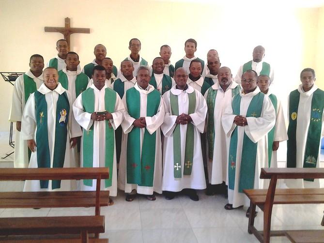 MU Mada nouv juillet-sept 2017 - Photo de groupe dans la chapelle des Sœurs du Sacré-Cœur de Jésus et de Marie