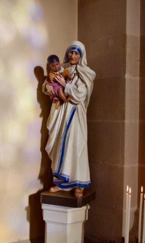 Dimanche 1er novembre au cours de la messe de la Toussaint à l'église de Brassac, l'Abbé Laurent Pistre a béni la statue d'une sainte toute récente : sainte Teresa de Calcutta !