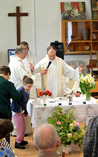 Le Père Bruno Bories préside l'eucharistie