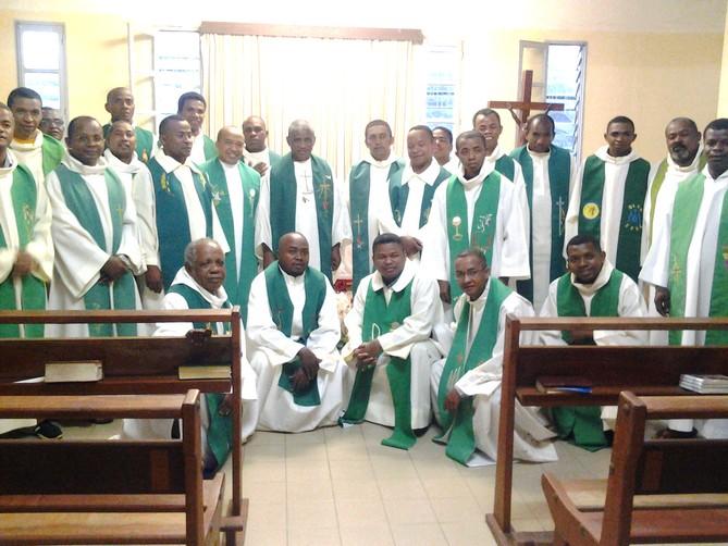MU Mada nouv juillet-sept 2017 - Photo de groupe autour de l'archevêque