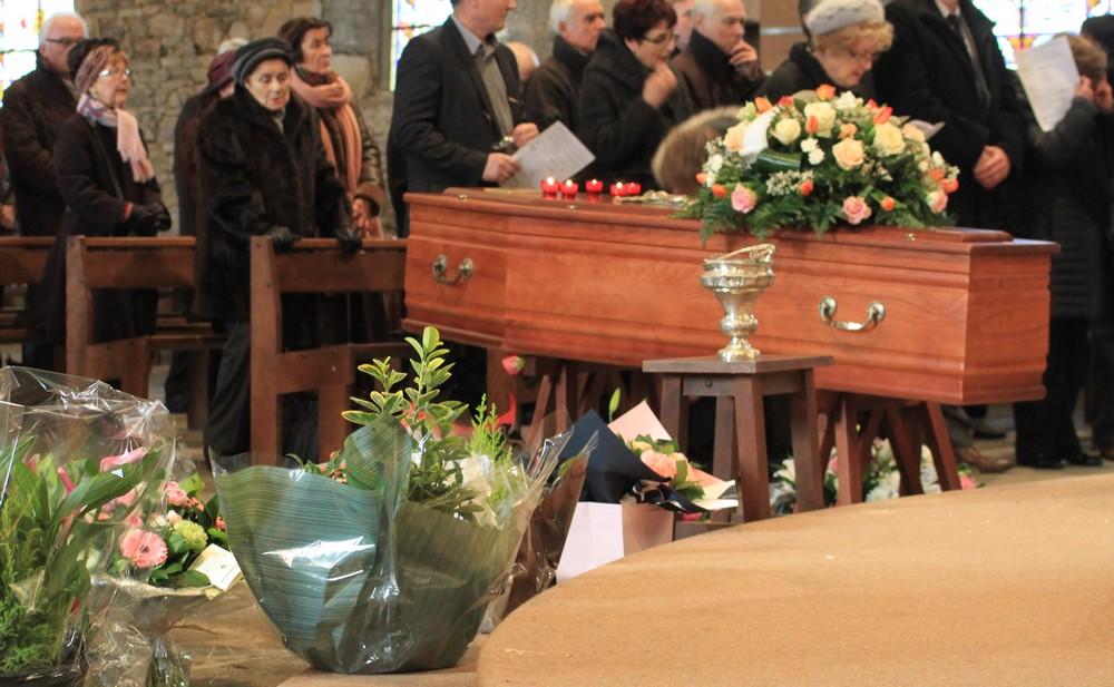 Dans une église, lors des funérailles