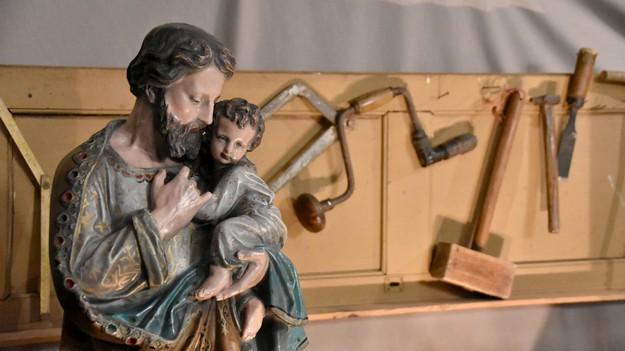 statue saint Joseph et Jésus dans l'atelier