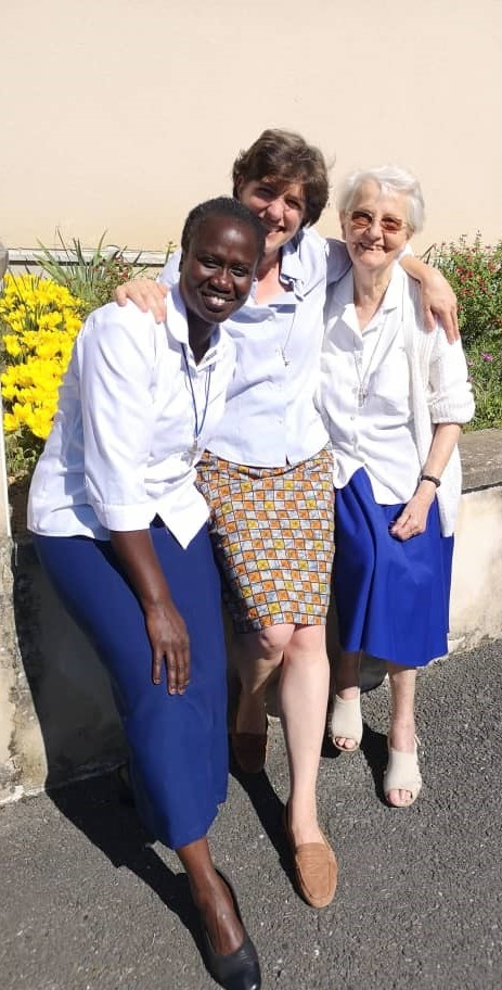 3 religieuses souriantes