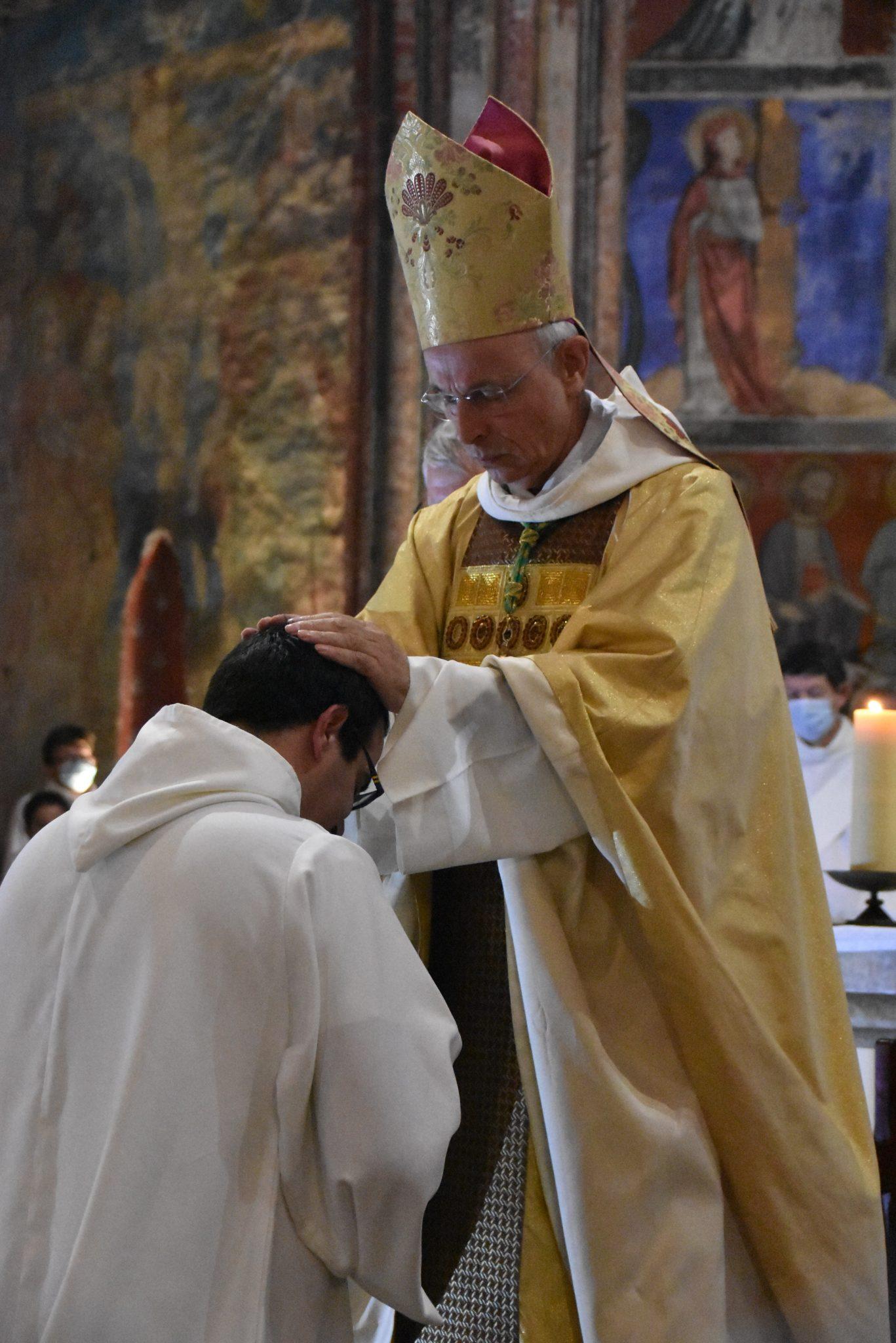 Imposition des mains de l'évêque