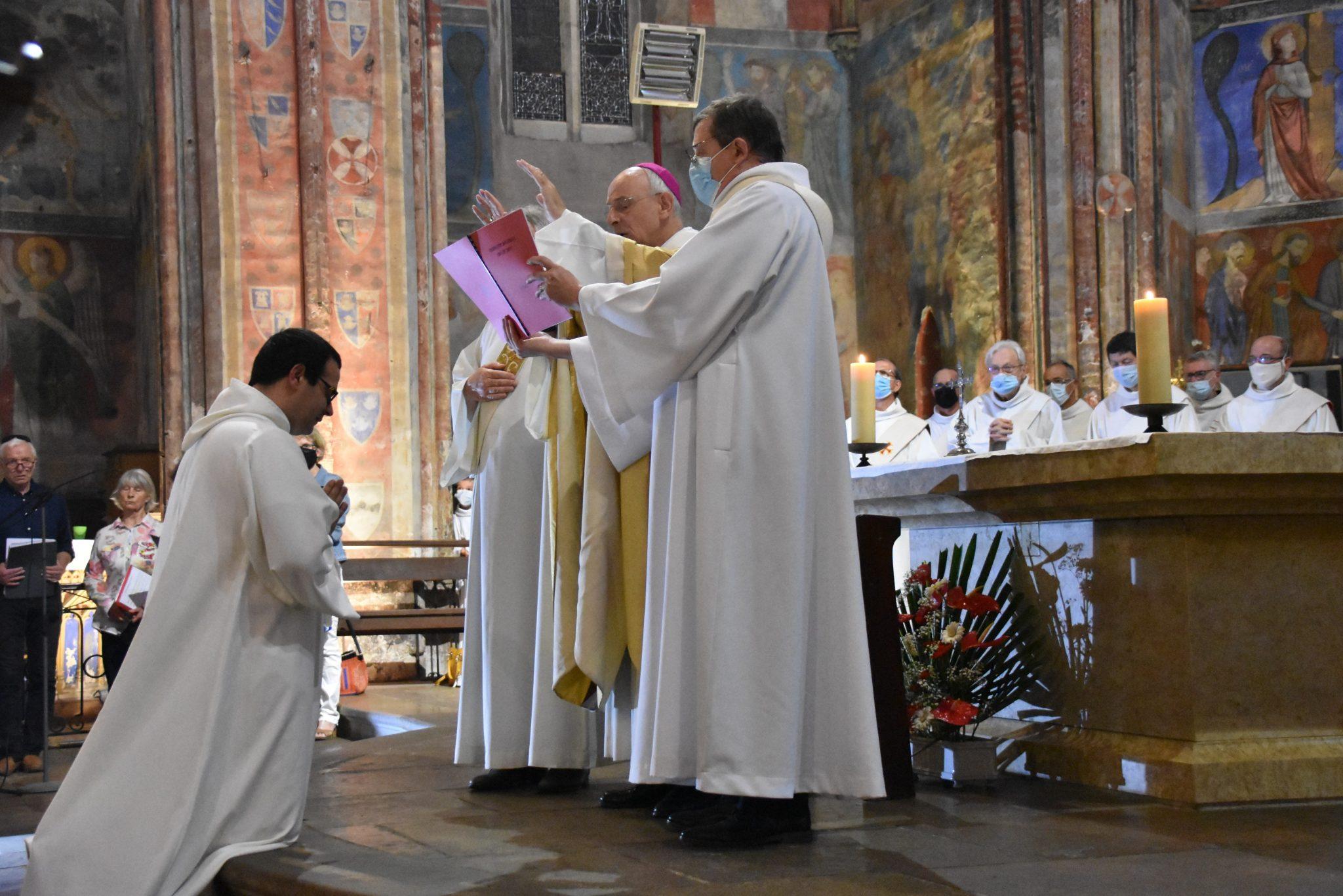 Mgr Jean Legrez évêque prononce la prière d'ordination