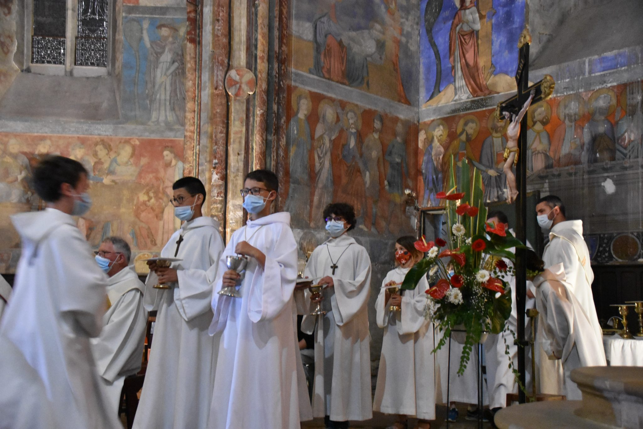 Enfants servants d'autel portant ciboires et calices