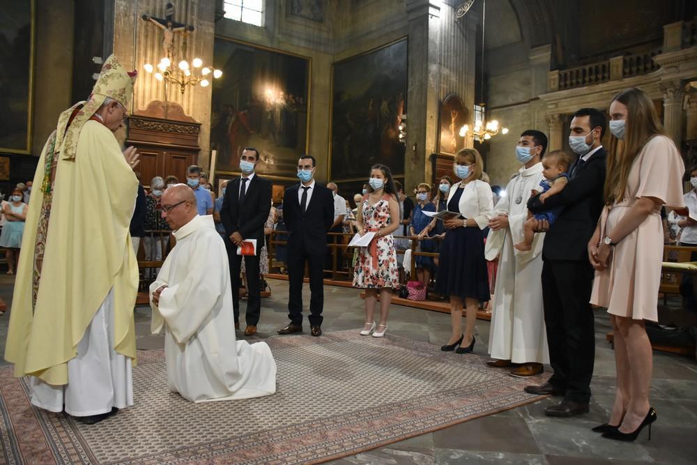 Pierre Aghnatios, entouré de sa femme et de ses enfants, reçoit l'imposition des mains de Mgr Legrez.