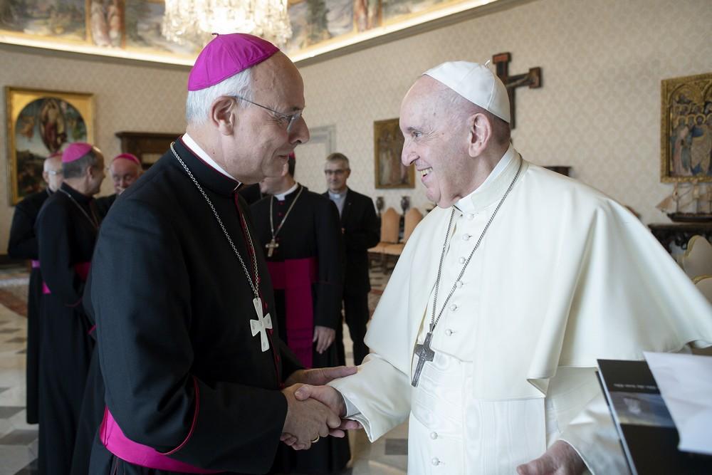 Pape François salue l'évêque Monseigneur Legrez