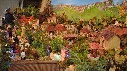 Le paysage de Cordes sert de toile de fond à cette belle crèche