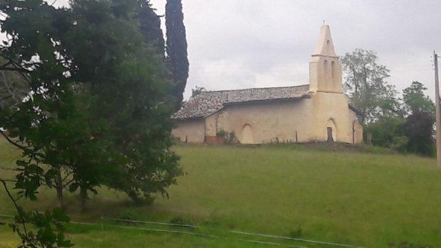 Photo d'une chapelle mur clocher