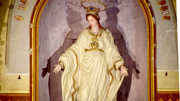 Statue de la Vierge Marie couronnée d'étoiles.