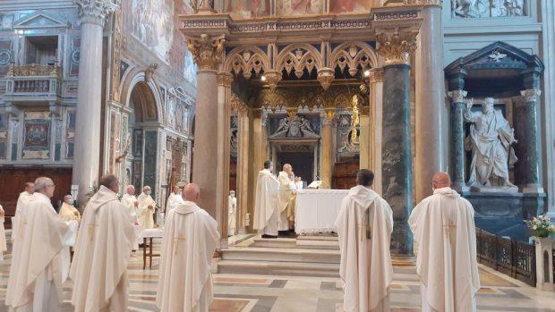 Evêques entourent l'autel principal, basilique Saint-Jean de Latran (Rome)